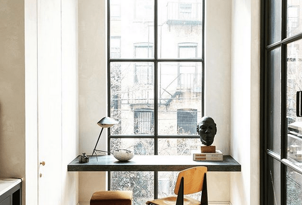 bureau devant fenêtre embuée par la pluie
